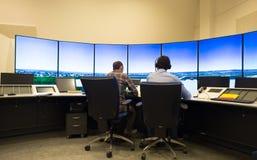 Monitor e radar del traffico aereo nella stanza del centro di controllo Immagini Stock Libere da Diritti