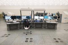 Monitor e radar del traffico aereo nella stanza del centro di controllo Immagine Stock