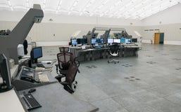 Monitor e radar del traffico aereo nella stanza del centro di controllo Fotografia Stock