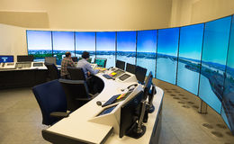 Monitor e radar del traffico aereo nella stanza del centro di controllo Fotografia Stock Libera da Diritti