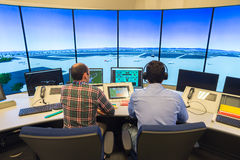Monitor e radar do tráfico aéreo na sala do centro de controle Imagens de Stock Royalty Free