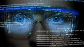 Monitor futurista en cara con el holograma del código y de la información Animación del hud del ojo Concepto futuro Imagenes de archivo