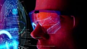 Monitor futurista perto da cara com holograma do código e da informação Animação futura do conceito ilustração stock