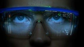 Monitor futuristico sul fronte con l'ologramma di informazioni e di codice Animazione del hud dell'occhio Concetto futuro video d archivio