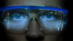 Monitor futuristico sul fronte con l'ologramma di informazioni e di codice Animazione del hud dell'occhio Concetto futuro archivi video