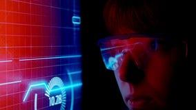 Monitor futuristico vicino al fronte con l'ologramma di informazioni e di codice Animazione futura di concetto stock footage