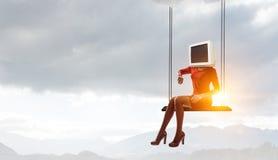 Monitor g?owiasta kobieta Biznesowy wydajno?ci poj?cie Mieszani ?rodki zdjęcie royalty free