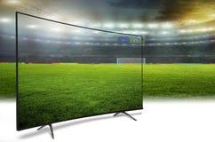 monitor 4k que mira la traducción elegante de la TV de partido de fútbol Imagen de archivo libre de regalías