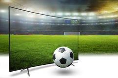 monitor 4k que mira la traducción elegante de la TV de partido de fútbol Imágenes de archivo libres de regalías