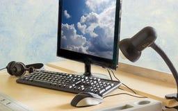 Monitor, klawiatura, mysz, hełmofony i oprawa oświetleniowa na biurku, Zdjęcia Royalty Free