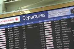 Monitor macro de las salidas del aeropuerto que muestra la puerta del vuelo Imágenes de archivo libres de regalías