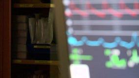 Monitor met levensteken (1 van 2) stock footage