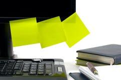 Monitor negro con las notas pegajosas fotografía de archivo libre de regalías