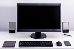 Monitor negro en blanco de la PC en la mesa Imagen de archivo libre de regalías
