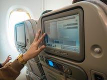 Monitor op de handtouchscreen van het vliegtuigvermaak Stock Foto