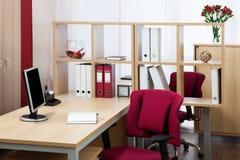 Monitor op een bureau Stock Afbeeldingen