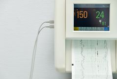 Monitor para las contracciones de medición, latido del corazón de una mujer embarazada en un hospital imágenes de archivo libres de regalías