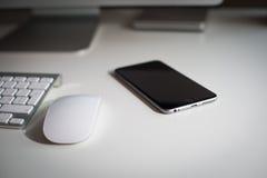 Monitor, teclado, ratón y smartphone de escritorio Fotos de archivo