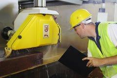 Monitor terwijl machinaal gesneden marmeren steen Royalty-vrije Stock Foto