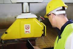 Monitor terwijl machinaal gesneden marmeren steen 2 Royalty-vrije Stock Afbeeldingen