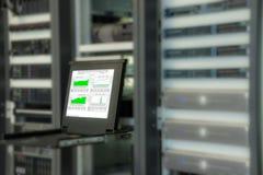Monitor van controlesysteem in de ruimte van het gegevenscentrum Stock Fotografie