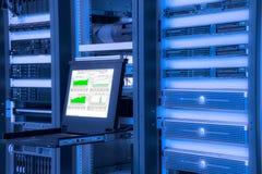Monitor van controlesysteem in de ruimte van het gegevenscentrum Royalty-vrije Stock Foto