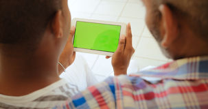 Monitor van de chroma de Zeer belangrijke Tablet met Vrolijke Mensen die Internet gebruiken Royalty-vrije Stock Fotografie