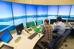 Monitor y radar del tráfico aéreo en el cuarto del centro de control imágenes de archivo libres de regalías