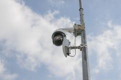 Monitoraggio della macchina fotografica e sorveglianza della città per la gente immagini stock libere da diritti