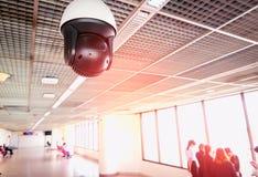 Monitoraggio della videocamera di sicurezza sull'aeroporto immagini stock libere da diritti