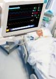 Monitoraggio paziente in un ICU fotografie stock libere da diritti