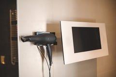 Monitore a tevê no banheiro é equipamento moderno imagem de stock royalty free
