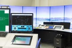 Monitores da sala de comando da autoridade dos serviços do tráfico aéreo imagem de stock