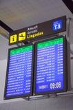 Monitores das chegadas do voo, aeroporto de Malaga. imagem de stock