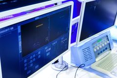 Monitores del equipo en el departamento de la oncología en el hospital profundidad de la falta de definición del campo Imagenes de archivo