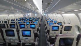 Monitores interiores de la clase de economía de la opinión del aeroplano del jet en asientos almacen de metraje de vídeo
