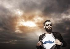 Monitores novos do super-herói do moderno sob um céu escuro Fotografia de Stock