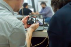 Monitorowanie edukacji proces z telefonem komórkowym Rejestr skrycie na telefonie komórkowym Mobilny szpiegostwo Hackera pęknięci fotografia stock