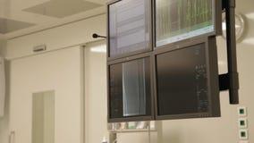 Monitors in de werkende ruimte stock footage