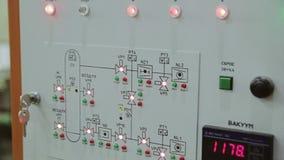 Monitors, sensoren, digitale vertoningen op het controlebord van de machine stock video