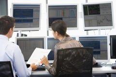 monitory zaopatrują handlowów przeglądać Zdjęcia Stock