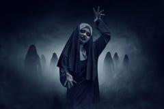 Monja asiática malvada joven de la mujer imagenes de archivo