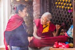 Monja budista Talking con la mujer Fotografía de archivo