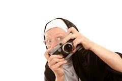 Monja divertida con la cámara Imagen de archivo