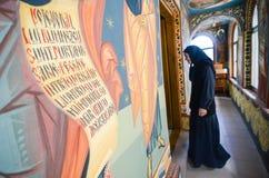 Monja en iglesia Imagen de archivo libre de regalías
