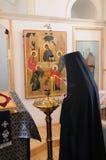 Monja en la iglesia Imágenes de archivo libres de regalías