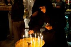 Monja en la iglesia del Sepulcher santo Fotos de archivo