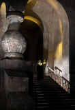 Monja en las escaleras del convento de monjas Fotografía de archivo