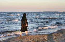 Monja por el mar Foto de archivo