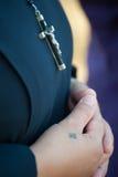 Monja que ruega con crucifijo Imagenes de archivo
